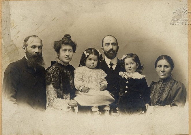 ირაკლი დეკანოზიშვილი, ანრიეტა ფრანუა, გიორგი დეკანოზიშვილი, მისი და - მარიამ ქანანაშვილი, თინათინთან და ტარიელთან ერთად