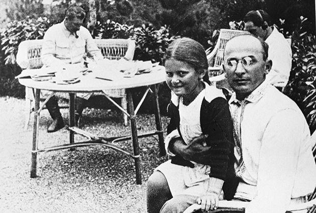 ლავრენტი ბერია სტალინის ქალიშვილ სვეტლანასთან ერთად, უკანა მხარეს ჩანს სტალინიც, 1934 წელი