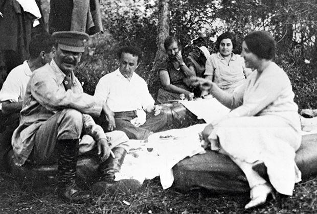 იოსებ სტალინი მეუღლესთან - ნადეჟდა ალილუევასა და მეგობრებთან ერთად, 1921 წელი