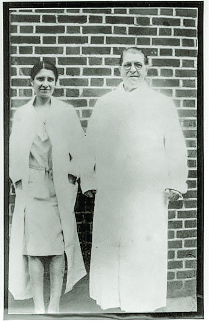 მერი მალონი (მარჯვნივ) მეცნიერ ემა შერმანთან ერთად ნორთ-ბრაზერის კუნძულზე (1932 წ.)